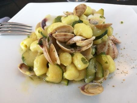 almeja: gnocchi con almejas y los calabacines Foto de archivo
