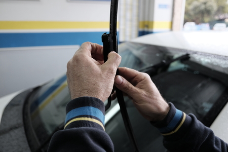 technician replaces wiper blades Banco de Imagens
