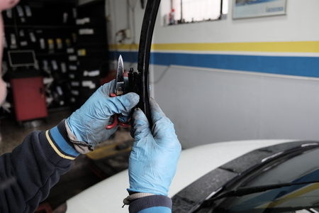 technician replaces wiper blades Banco de Imagens