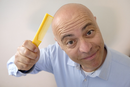 Bald man with comb Banque d'images