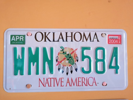 spoltore 12 september 2019 vintage american automobile license plate hanging on a wall Redactioneel