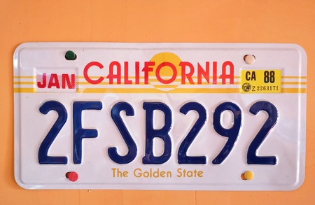 spoltore 12 september 2019 vintage american automobile license plate hanging on a wall Stockfoto - 132052126