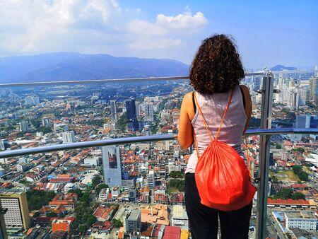 tourist on the sky bridge in penang Stockfoto
