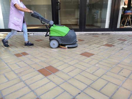 floor scrubber with operator at work Foto de archivo