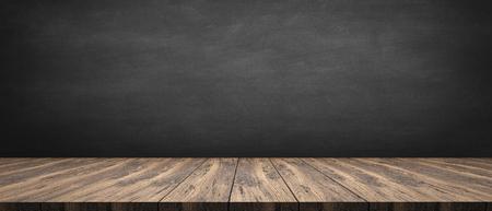 rustikaler Holztisch mit grauem Hintergrund