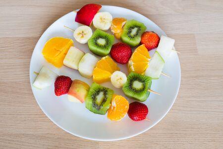brochetas de frutas: fruit skewers the concept of healthy eating