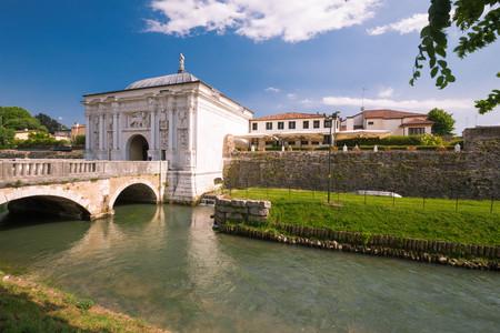 Treviso  Zicht op de historische architectuur en het rivierkanaal Stockfoto