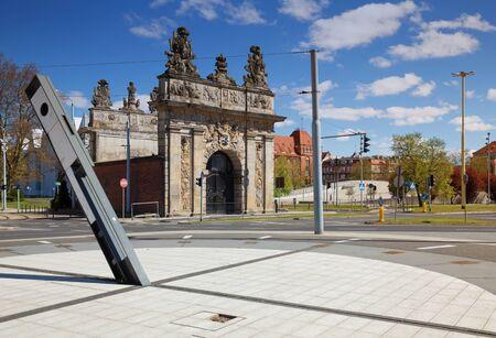 reloj de sol: Szczecin  Puerta portuaria y reloj de sol Foto de archivo