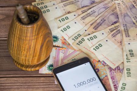 アルゼンチンのお金ペソ電卓とボンビージャ 写真素材
