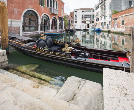 Venice / View of the river canale and traditionale gondola Banque d'images