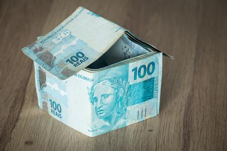 Home concept realizzato da centinaia di banconote in reais brasiliani