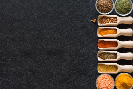 Hierbas, especias y aditivos alimentarios sobre un fondo oscuro con un lugar vacío
