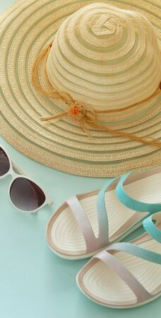 holiday photo, summer hat, beach sandals, sunscreen, sun glasses, scallops and souvenir pebbles. Imagens