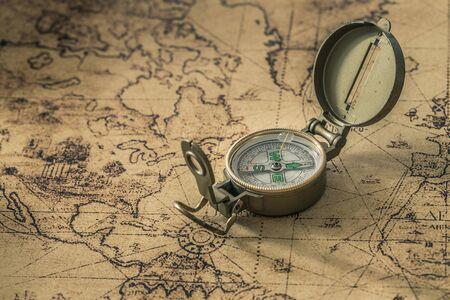 una brújula en un mapa antiguo que muestra la dirección Foto de archivo