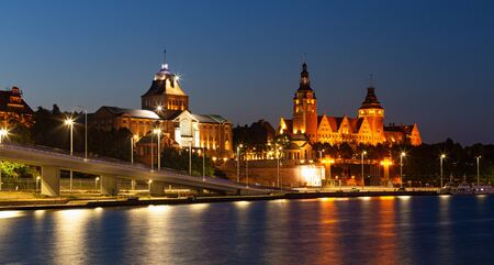 Szczecin. Night view from across the river to the illuminated historic center. Imagens
