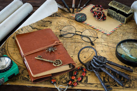 Old map and notebook, compass, Travel equipment for the treasure hunt Stockfoto