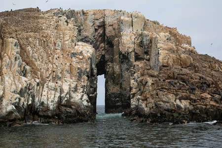 Gate in stone islets in the Pacific Ocean, in front of Lima. 版權商用圖片 - 156670718