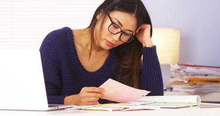 Japanse vrouw die belastingen