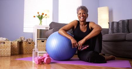 Nischen Großmutter nach dem Training zufrieden