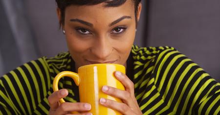 femme noir sexy: Close up de sexy femme noire souriante avec tasse Banque d'images