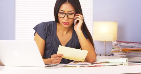 Femme japonaise confirmant paiements par téléphone Banque d'images - 33837093