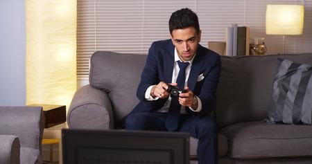 jugando videojuegos: El empresario mexicano jugando juegos de video en casa