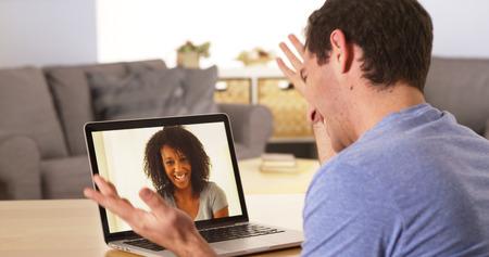 Homme avec les webcams avec un ami sur un ordinateur portable Banque d'images - 33837342