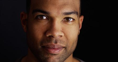 カメラ目線の黒人男性のヘッド ショット