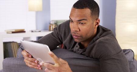 black guy: Chico negro que usa la tableta