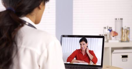高齢者の患者のビデオの医者とチャット 写真素材