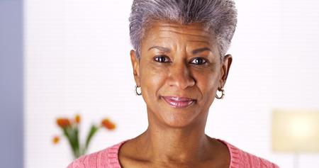 Ltere afrikanische Frau lächelnd in die Kamera Standard-Bild - 33837934