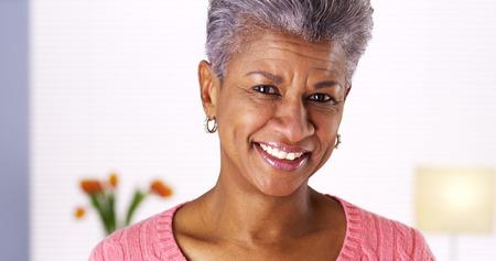Volwassen zwarte vrouw lachen Stockfoto