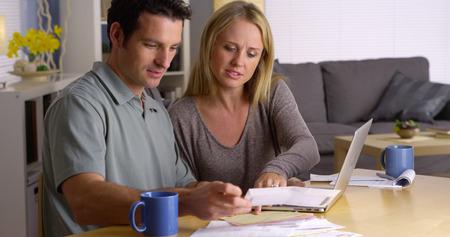 Couple gérer leurs factures