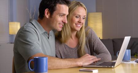 getaways: Linda pareja en busca de escapadas de vacaciones en la computadora port�til