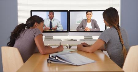 Professionelles Team von multiethnischen Geschäft Kollegen mit einem Videokonferenz- Lizenzfreie Bilder