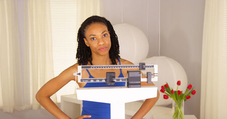 mujer decepcionada: Mujer Negro decepcionado despu�s de comprobar el peso
