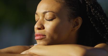 mujer llorando: Negro mujer llorando al aire libre