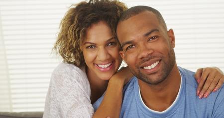 Happy couple noir sourire Banque d'images