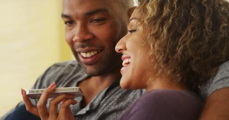 hablando por telefono: Par negro que habla en el tel�fono inteligente Foto de archivo