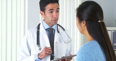 Médico mexicano escuchar el paciente y tomar notas