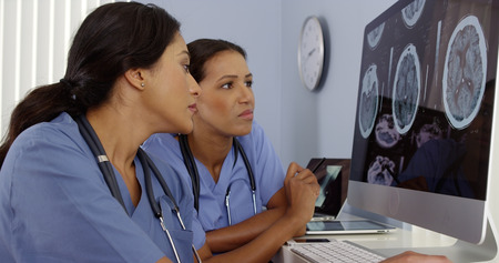 Deux médecins l'examen des scans du cerveau sur les ordinateurs de l'hôpital Banque d'images - 33804647