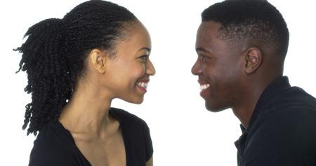 お互いの笑顔を見て幸せなカップル ブラック カップル