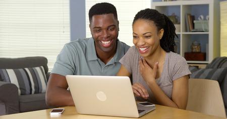 Junge schwarze Paare mit Laptop zusammen Lizenzfreie Bilder