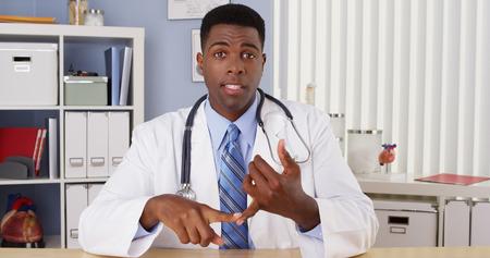Médecin noir parle à la caméra dans le chat vidéo Banque d'images - 33804841