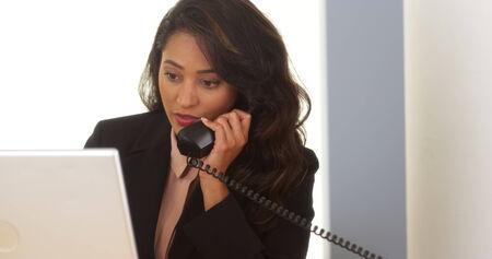 answering phone: Empresaria mexicana llamada telef�nica contestador
