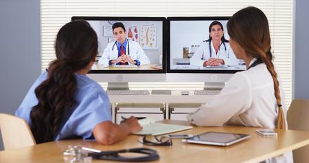 Team der verschiedenen Ärzte, die eine Video-Konferenz Standard-Bild