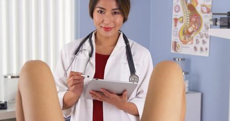 Japanischen Gynäkologen untersuchen Patienten im Krankenhaus Prüfung Zimmer