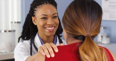 Close-up van de Afro-Amerikaanse arts die gesprek met patiënt Stockfoto
