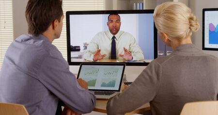 ビデオ会議でマネージャーに聞く良心的 写真素材