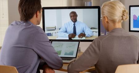 Les employés écoutent gestionnaire dans une conférence vidéo Banque d'images - 33805214